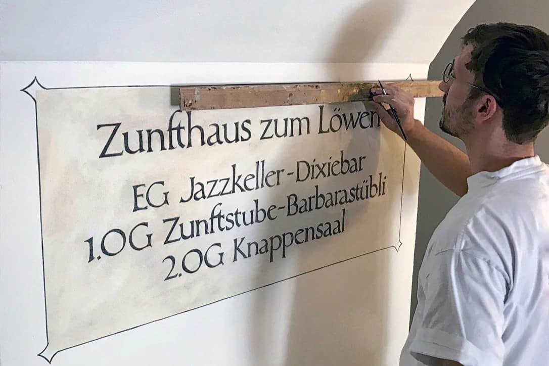 Dominik Bonauer federal dipl. Master painter. Von der kunstvollen Wandmalerei bis hin zur alltäglichen werterhaltenden Malerarbeit.